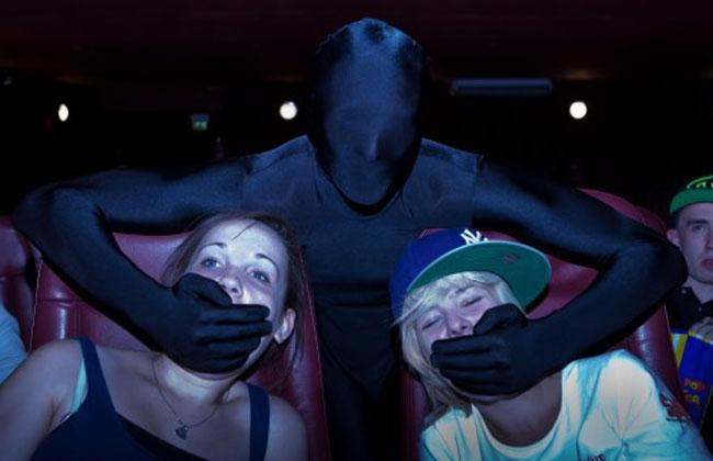 Ninjas callan y echan a los ruidosos del cine