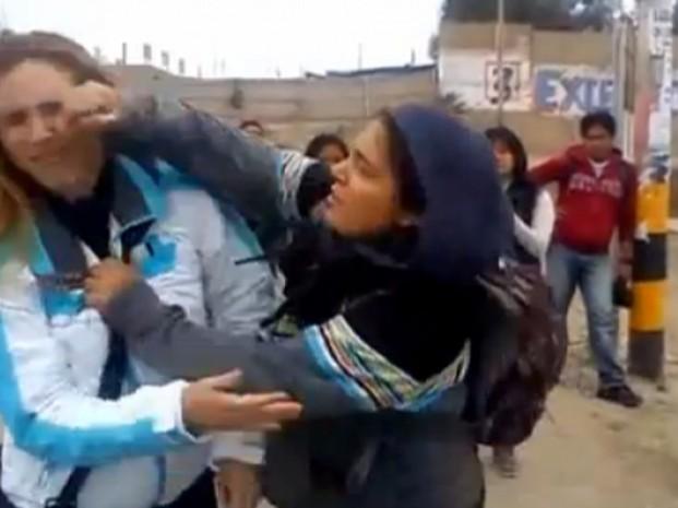 Brutal golpiza a una estudiante argentina en Perú - Video