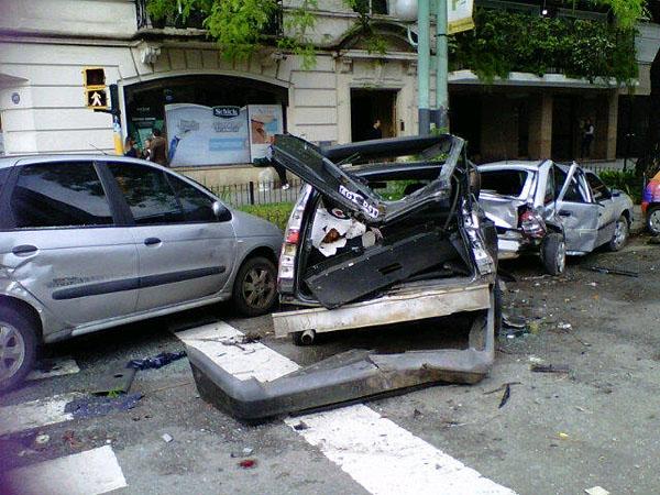 Menor robó el auto a su padre y provocó choque múltiple
