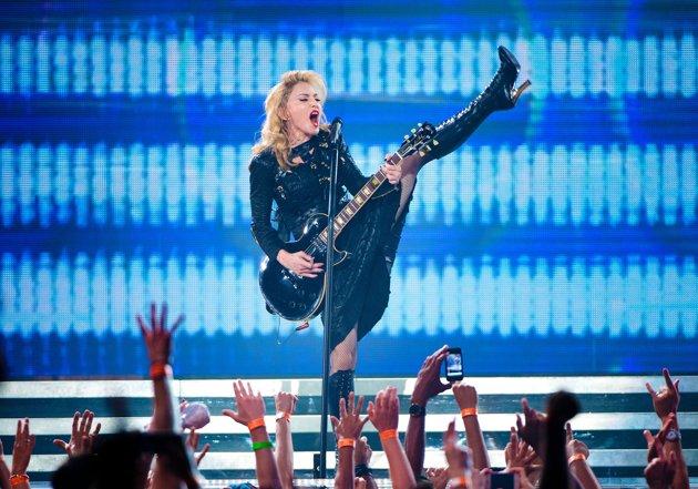 Video: Madonna se quita todo en vivo por una buena causa