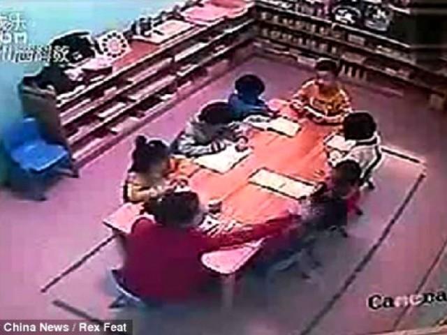 Video fuerte: Maestra golpea a sus alumnos