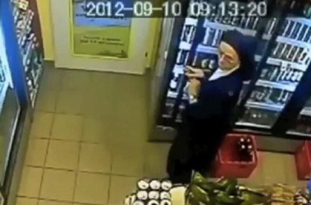 Video: Una monja roba bebidas alcohólicas en un almacén
