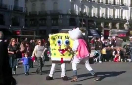 Video: Bob esponja y Hello Kitty a las piñas en la calle