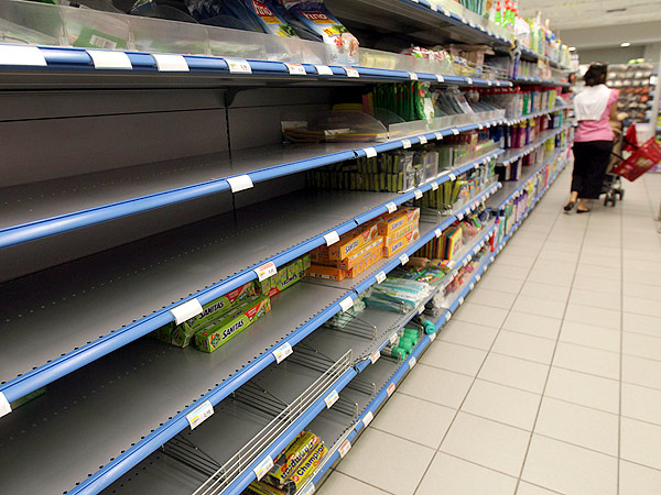Por la crisis Grecia vende alimentos vencidos más baratos