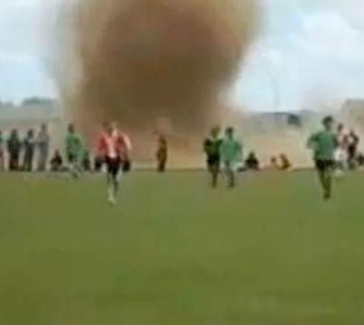 Video: Tornado invade la cancha y el partido continúa
