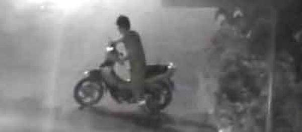 Video: Borracho se deshace de su moto y se duerme en la calle