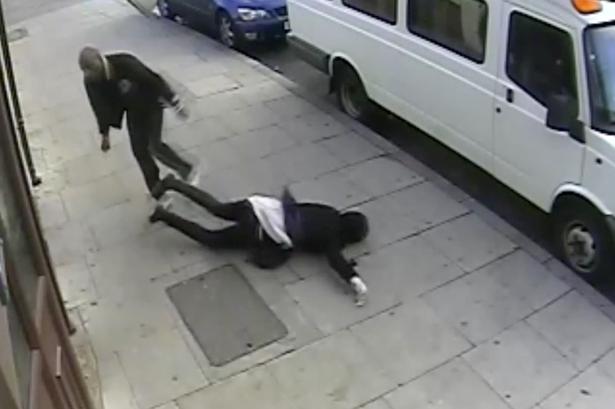 Video: Adolescente sufre brutal golpiza en la calle
