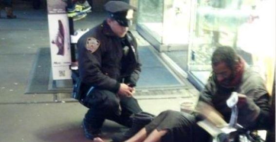 Foto: Un policía regala botas nuevas a un vagabundo