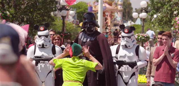 Video furor: Darth Vader se divierte en Disneylandia