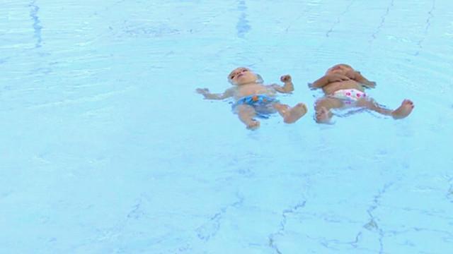 Video furor: bebés gemelos nadadores