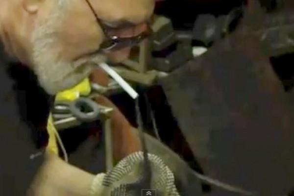 Video: Así se enciende un cigarrillo con un martillo