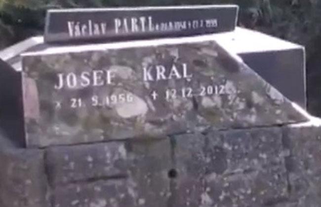 Insólito: Una tumba con fecha de muerte futura