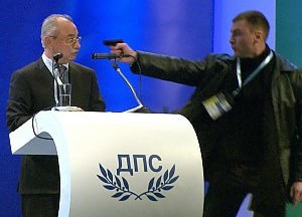 Video: Político víctima de atentado durante un discurso