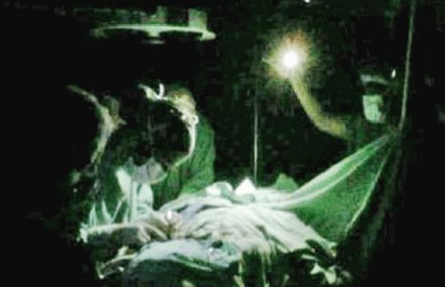 Médicos operan con éxito a un niño a la luz de una linterna