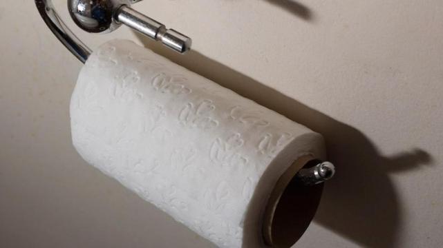 Condenan a un hombre por controlar la cantidad de papel higiénico que usaba su empleada