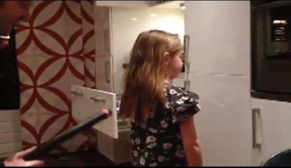 Video: Usa la aspiradora para peinar a su hija