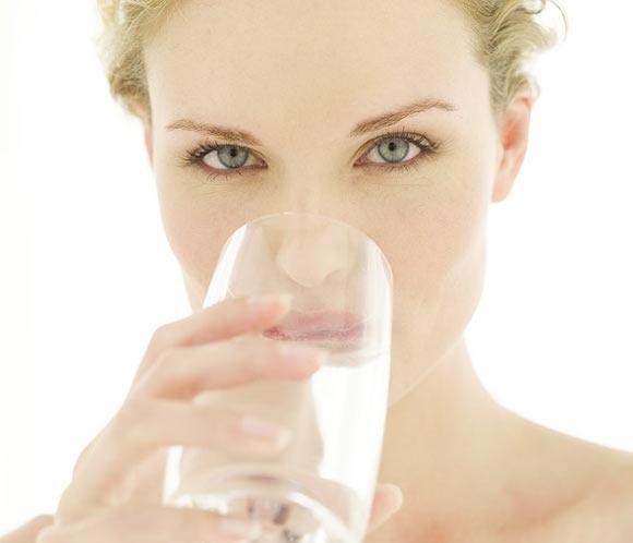 Razones por las que tomar abundante agua los día de calor