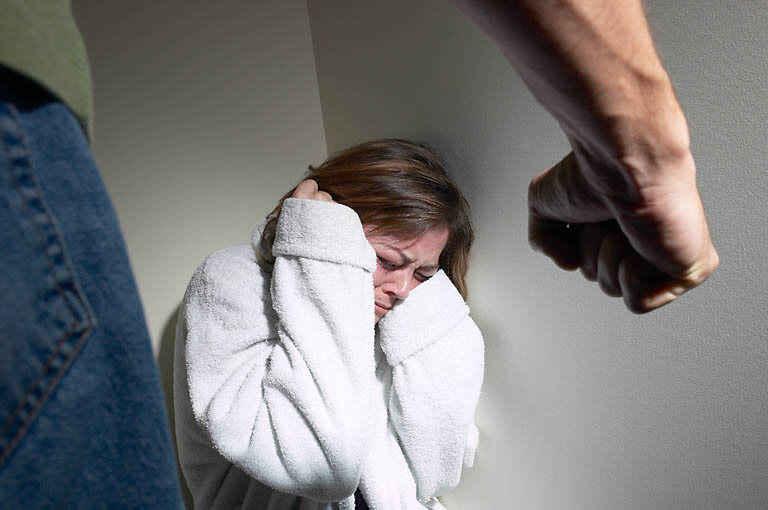 Cómo ayudar a una persona víctima de violencia intrafamiliar